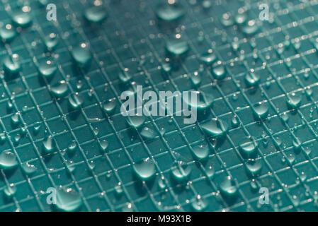 Wassertropfen auf blaue Farbe Kunststoff Hintergrund Textur - Stockfoto