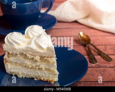 Köstliche leichte Eistorte mit Rosen Creme. - Stockfoto