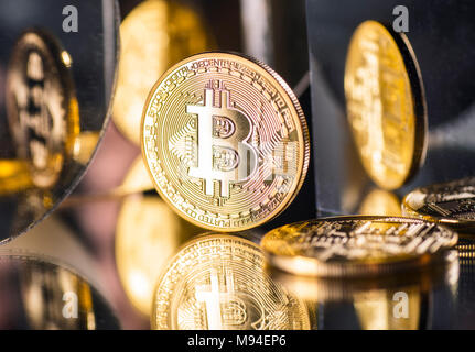 Münze der Crypto-Währung Bitcoin mit mehreren Reflexionen - Stockfoto