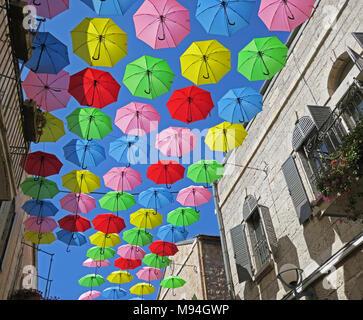 Summer Street Festival mit fliegenden Sonnenschirme in Jerusalem. - Stockfoto
