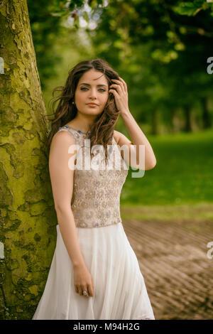 Schöne junge Frau, die in den Park - Stockfoto