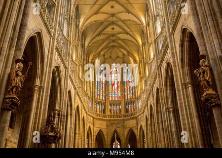 Der Innenraum von St. Vitas Kathedrale in der Prager Burg, am 18. März 2018, in Prag, Tschechische Republik. Der Metropolitan Kathedrale des heiligen Veit, Wenzel und Adalbert ist eine römisch-katholische Kathedrale in Prag, dem Sitz des Erzbischofs von Prag. Bis 1997 war der Dom nur an Saint Vitus gewidmet, und es ist immer noch häufig nur als St. Veitsdom genannt. Diese Kathedrale ist ein prominentes Beispiel der gotischen Architektur und ist die größte und wichtigste Kirche im Land. Es ist innerhalb von Hradcany-Prazsky Hrad (Prager Burg) in der tschechischen Hauptstadt. - Stockfoto