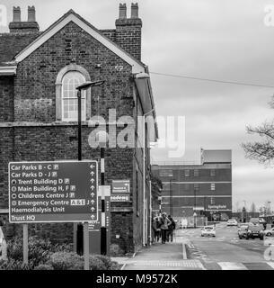 Royal Stoke Krankenhaus in Stoke on Trent mit Abteilungs- Zeichen - Stockfoto