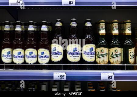Moskau, Russland - am 18. März. 2018. staropramen und Hoegaarden, Bier im Glas Flasche an Perekrestok store - Stockfoto
