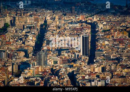 Ein Blick auf Barcelonas Stadtteil Eixample von Tibidabo zeigt seine Raster Design am Nachmittag, Licht. Barcelona, Spanien - Stockfoto