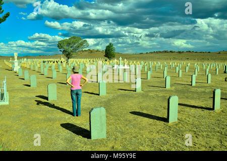Südafrika ist ein beliebtes Reiseziel für seine Mischung aus echten afrikanischen und europäischen Erfahrungen. Krüger Park ist weltberühmt. Frau im Friedhof. - Stockfoto