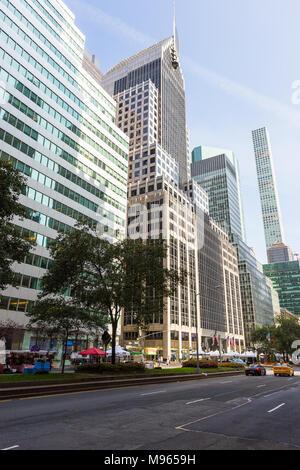 New York, New York, USA - 27. August 2017: Straßen und Wolkenkratzern im Zentrum von New York City in der Nähe der 5th Avenue, der Hauptstraße im Zentrum von New Yo - Stockfoto