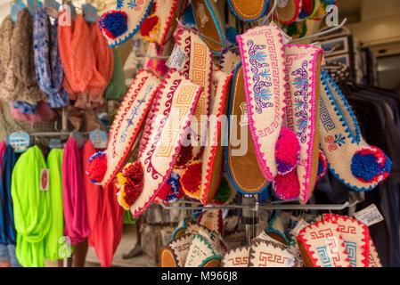 ZAKYNTHOS, Griechenland - 27 September 2017: bunte Schuhe in einem Laden auf der Straße auf der Insel Zakynthos in Griechenland. - Stockfoto