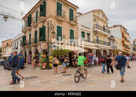 ZAKYNTHOS, Griechenland - 29. September 2017: Promenade mit Geschäften und Restaurants in Zante Stadt. Insel Zakynthos, Griechenland - Stockfoto