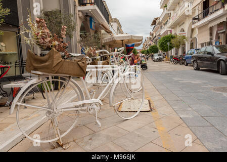 ZAKYNTHOS, Griechenland - 29. September 2017: Dekorative Bike auf der Promenade in Zante Stadt. Insel Zakynthos, Griechenland - Stockfoto