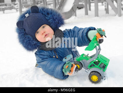 Ein Kind spielt auf dem Spielplatz. Sehr fröhlich und verspielt Kid. - Stockfoto