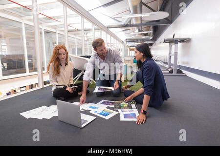 Kollegen diskutieren über Dokumente - Stockfoto