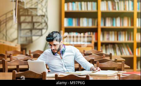 Studieren in der Bibliothek - Stockfoto