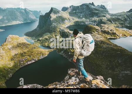Entdecker Mann stand auf einer Klippe Berg in Norwegen Reisen lifestyle Abenteuer Konzept Wandern Sommer aktiv Urlaub Outdoor Luftaufnahme - Stockfoto
