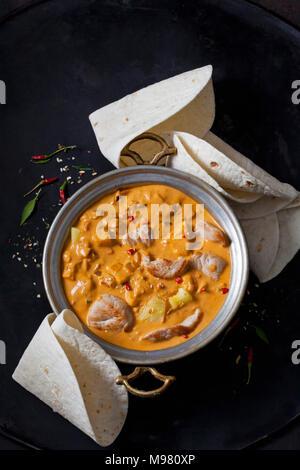 Curry Gericht mit der Türkei und Ananas in Curry Sauce