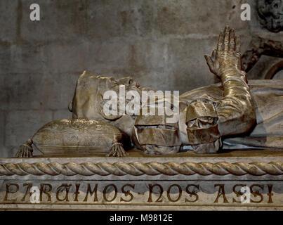 Grab von Vasco da Gama 1460 - 1524 Portugiesische Entdecker und die ersten Europäischen Indien zu erreichen. Das Jerónimos Kloster (1469-1521) Hieronymites Kloster, ist ein ehemaliges Kloster Kloster des Ordens des heiligen Hieronymus in der Nähe des Tejo in der Pfarrei von Belém (das Kloster ist eines der prominentesten Beispiele der Portugiesischen Spätgotischen manuelinische Stil der Architektur.) Portugiesisch in Lissabon, Portugal. - Stockfoto