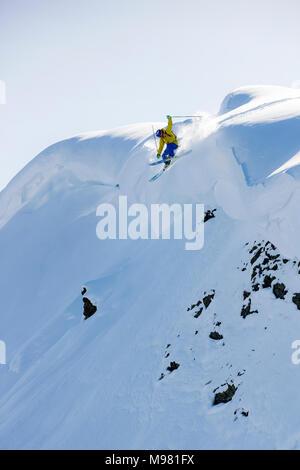 Österreich, Tirol, Alpbach, Skifahrer auf einem Freeride springen oben snowdrift - Stockfoto
