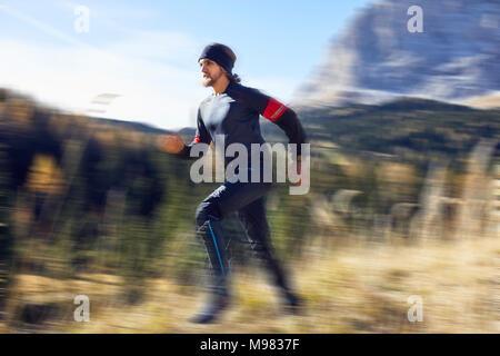 Mann laufen schnell auf Mountain Trail