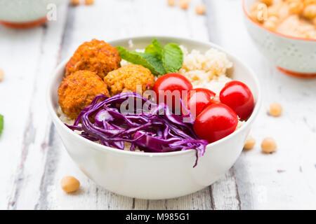 Buddha Schüssel von Kartoffel Kugeln, Couscous, Hummus und Gemüse - Stockfoto