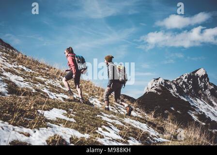 Österreich, Tirol, junges Paar Wandern in den Bergen - Stockfoto