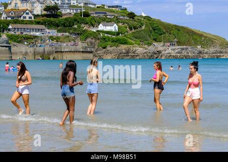Gruppe von jungen Frauen am Strand von Newquay in Cornwall. - Stockfoto