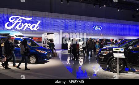 Toronto, Kanada - 2018-02-19: Besucher von 2018 Canadian International AutoShow auf Ford Motor Company Exposition - Stockfoto