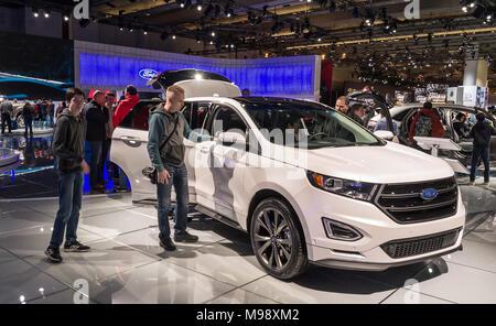 Toronto, Kanada - 2018-02-19: Besucher von 2018 Canadian International AutoShow neben dem neuen Ford Edge Sport SUV auf der Ford Motor Company Exposition - Stockfoto