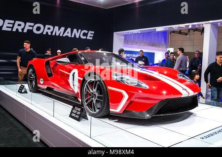 Toronto, Kanada - 2018-02-19: Besucher von 2018 Canadian International AutoShow neben der beeindruckenden Ford GT supercar auf der Ford Motor Company Performance Exposition - Stockfoto