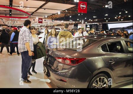 Toronto, Kanada - 2018-02-19: Besucher von 2018 Canadian International AutoShow auf Mazda Motor Corporation Exposition - Stockfoto
