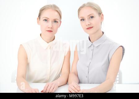 Zwei Kolleginnen oder Kollegen etwas diskutieren im Büro Hintergrund - Stockfoto