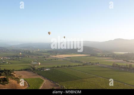 Heißluftballons über Napa Valley bei Sonnenaufgang - Stockfoto