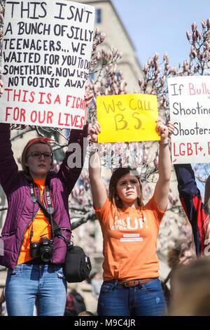 WASHINGTON, DC, USA. 24. März 2018. Hunderttausende von Menschen auf die Straße, die in der März für unser Leben ein Bundesweiter Protest gegen Waffengewalt in der Stoneman Douglas High School shooting in Parkland, Florida. Credit: Nicole Glas/Alamy Leben Nachrichten. - Stockfoto