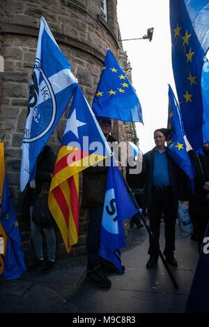 """Edinburgh, Lothian, Großbritannien. 24 Mär, 2018. Eine Demonstrantin gesehen mit mehreren Flaggen auf, die alle für verschiedene events.Organized durch Europäische Bewegung in Schottland sowie die Junge Europäische Bewegung aus Edinburgh, Demonstranten nahmen die Straße der 1. Jahrestag des Artikel 50 zu markieren und eine '' """"Demokratie auf Brexit"""" in Edinburgh Straßen. Credit: Stewart Kirby/SOPA Images/ZUMA Draht/Alamy leben Nachrichten - Stockfoto"""