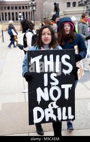 """Student Holding """"Dies ist keine Übung' Schild am 'March Für die Kundgebung an Landeshauptstadt protestierten Gun shootings Unser Leben' in den Schulen. St. Paul Minnesota MN USA - Stockfoto"""