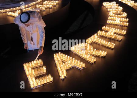 Dubai. 24 Mär, 2018. Ein Teilnehmer leuchten Kerzen während der Earth Hour Veranstaltung in Dubai, Vereinigte Arabische Emirate (VAE) am 24. März 2018. Credit: Mahmoud Khaled/Xinhua/Alamy leben Nachrichten - Stockfoto