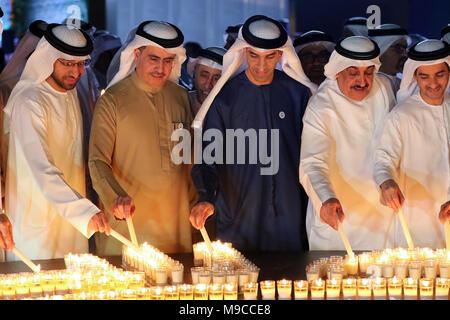 Dubai. 24 Mär, 2018. Menschen Kerzen während der Earth Hour Veranstaltung in Dubai, Vereinigte Arabische Emirate (VAE) am 24. März 2018. Credit: Mahmoud Khaled/Xinhua/Alamy leben Nachrichten - Stockfoto