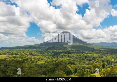 Landschaft der tropischen Regenwald und seine Vordach des aktiven Vulkans Arenal an einem Sommertag in der Nähe von La Fortuna, Costa Rica, Mittelamerika. - Stockfoto
