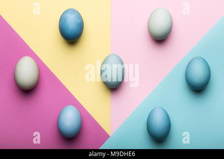 Frohe Ostern pastellfarbenen Hintergrund. Handbemalte Ostereier abstrakte minimalen Begriff. - Stockfoto