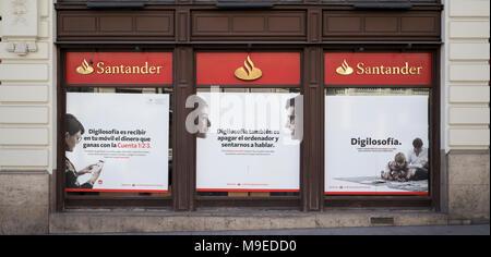 Werbung auf Fenster der Bank Banco Santander für Mobile Banking App Digilosofia - Stockfoto