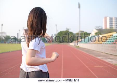 Junge Frau ihren Körper Stretching vor der Ausführung auf ruuning Track. Gesunde und übung Konzept - Stockfoto