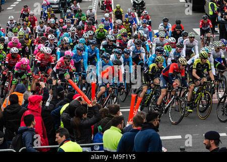 Das Peloton am Montjuic Titel 98th Volta Ciclista a Catalunya 2018/Stufe 7 Barcelona - Barcelona 157 km während der Tour von Catalunya, 25. März 2018 in Barcelona, Spanien ankommen. - Stockfoto