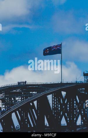 SYDNEY, AUSTRALIEN - 16. Dezember 2013: New South Wales Flagge auf der Sydney Harbour Bridge