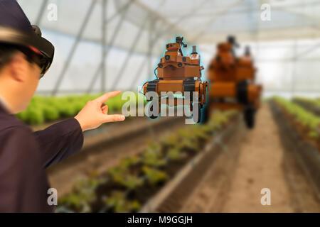 Iot smart Industrie roboter 4.0 Landwirtschaft Konzept, Agrarwissenschaftler, Landwirt (unscharf) mit smart Brille (Augmented gemischt virtuelle Realität, künstliche intelligen - Stockfoto
