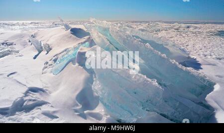 Schnee und Eis blau Formationen auf dem zugefrorenen See Oberfläche der Georgian Bay, Ontario, Kanada gestapelt - Stockfoto