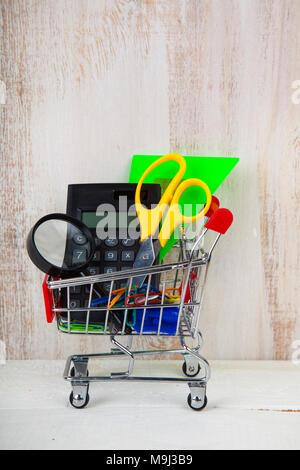 bildung shopping konzept und kauf von lernmaterial im. Black Bedroom Furniture Sets. Home Design Ideas