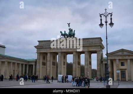 Berlin, Deutschland - 2. April 2017: Brandenburger Tor Blick an einem bewölkten Tag - Stockfoto