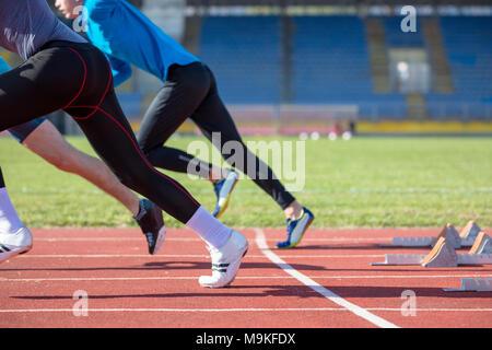 Sportler beim Sprint Startlinie in der Leichtathletik - Stockfoto