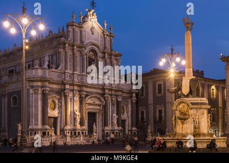 """Die Piazza del Duomo mit der Fassade der Kathedrale und der Elefant Fountain' u Liotru"""", Symbol von Catania, Sizilien, Italien. - Stockfoto"""