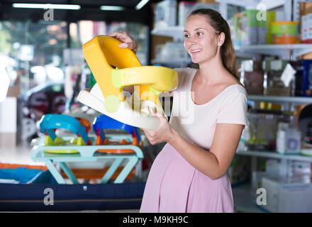 2675479549fcc5 ... Gerne schwangere Frau shopping in Babynahrung speichern - Stockfoto
