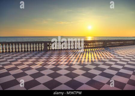 Die Terrazza Mascagni Terrasse Belvedere Meer atr Sonnenuntergang, schwarz-weiß Schachbrettmuster. Livorno Toskana Italien Europa. - Stockfoto